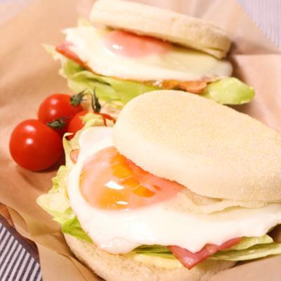 おしゃれな朝食!ベーコンエッグイングリッシュマフィン