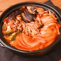 旨味抜群!鶏団子とたっぷり野菜のトマト鍋