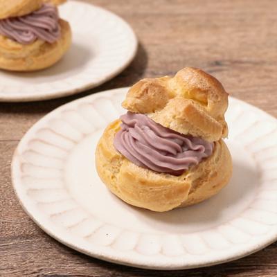 紫色のさつまいもクリームのシュークリーム