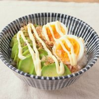 5分で完成 ゆで卵とアボカドのおかかしょうゆ丼