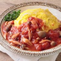 きのこトマトソースのひき肉オムライス