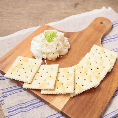 簡単カッテージチーズのクラッカー添え