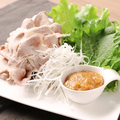 ゆず味噌で食べるゆで豚巻きサラダ