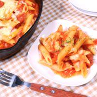 スキレットで作る チョリソーとトマトの焼きペンネ