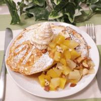 ふんわりフルーティー!桃とマンゴーのパンケーキ