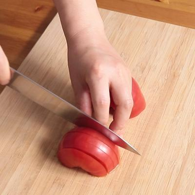トマトの半月切り