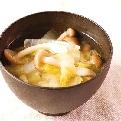 白菜としめじの鶏ガラ風味スープ