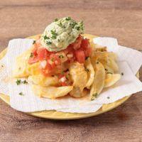 アボカドサワークリームとサルサのチーズフライドポテト
