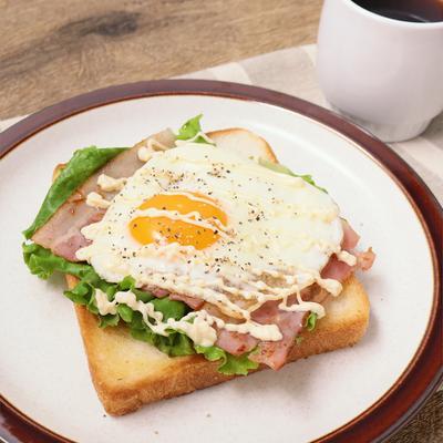 ワンパン朝ごはん ベーコンエッグオープンサンド