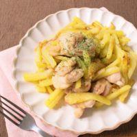 細切りポテトと鶏肉の節約ガーリックバター炒め