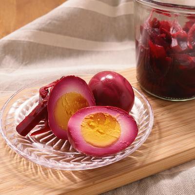 ビーツのピクルスで ピンク色のゆで卵