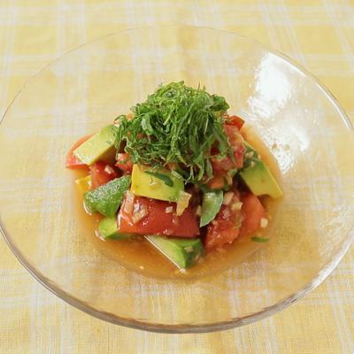 みょうがが香る トマトとアボカドの簡単和風サラダ