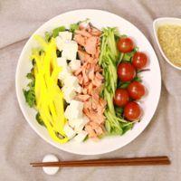 ごまドレで!豆腐と鮭のカラフルサラダ