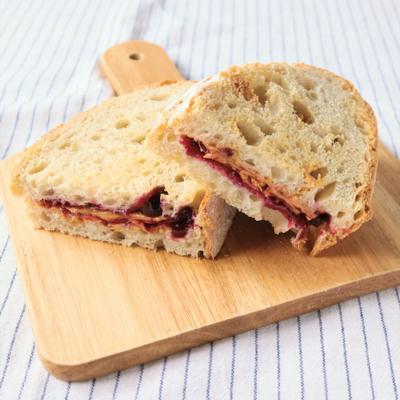 ピーナッツバターとブルーベリージャムのサンドイッチ