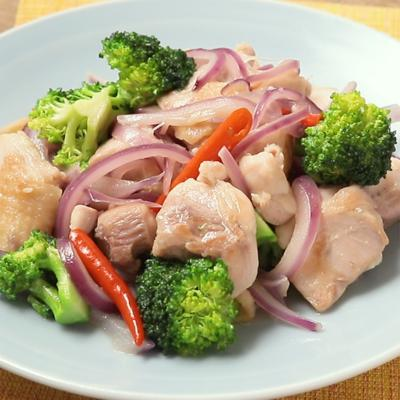 鶏肉と紫玉ねぎのエスニック唐辛子炒め