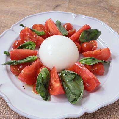 とろーり濃厚な ブッラータとトマトのカプレーゼ
