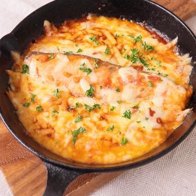 スキレットでこんがりチーズ 鮭のトマト煮