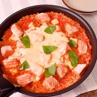 フライパンで 鮭のチーズトマトパエリア