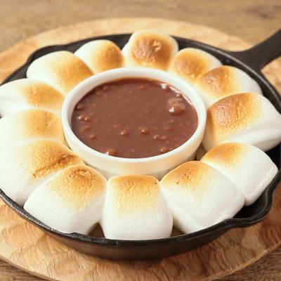 スキレットで 焼きマシュマロチョコフォンデュ