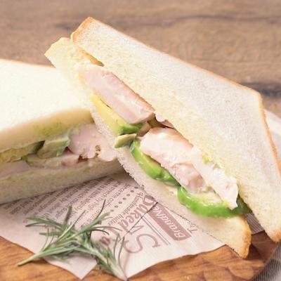 サラダチキンとアボカドのサンドイッチ