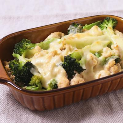 ブロッコリーと鶏そぼろのチーズ焼き