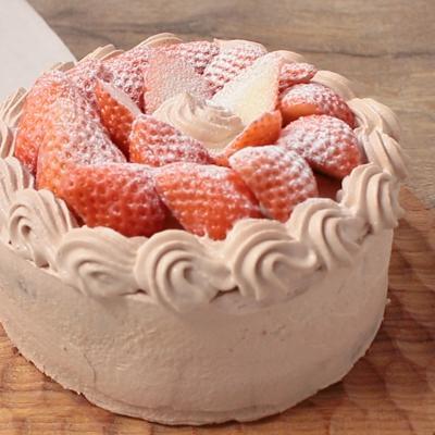 誕生日ケーキにも いちごとチョコクリームのデコレーションケーキ