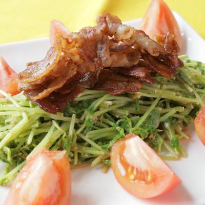 カリカリ豚と豆苗の中華風サラダ