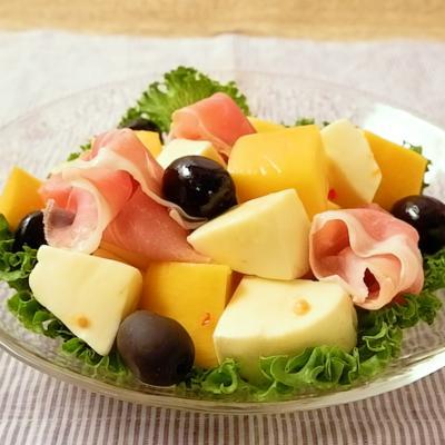 マンゴーとチーズの生ハムサラダ