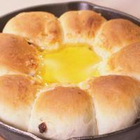 スキレットでレーズンくるみちぎりパンとはちみつチーズ