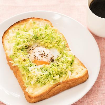 キャベツと半熟卵の巣ごもりトースト
