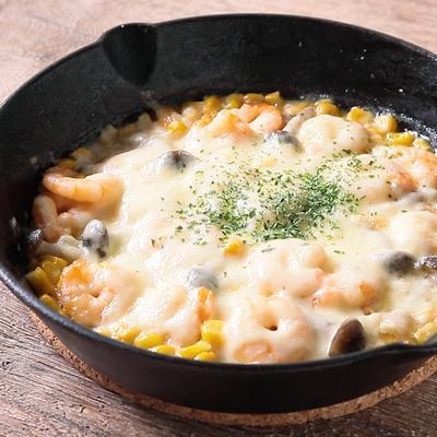 スキレットで エビとコーンのチーズ焼き