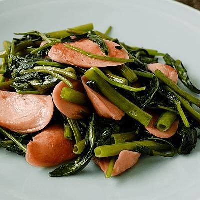 空心菜と魚肉ソーセージの油炒め