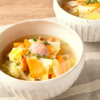 野菜を食べるコンソメスープ