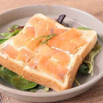 スモークサーモンとチーズクリームのトースト