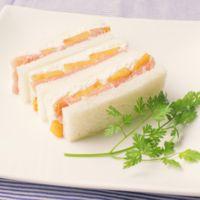 柿とカッテージチーズと生ハムのサンドイッチ