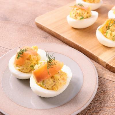スモークサーモンと絹さやのエッグカップサラダ
