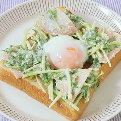 水菜のシーザーサラダ風トースト温泉卵のせ