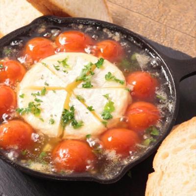 アツアツ 丸ごとカマンベールとトマトのアヒージョ