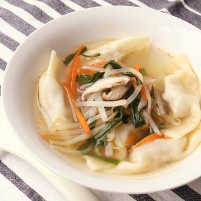 野菜たっぷりピリ辛スープの水餃子