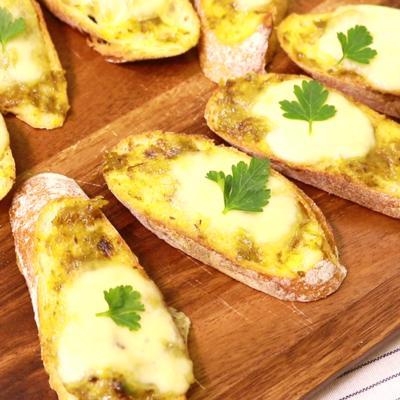 おもてなしに ふきのとう味噌とチーズのブルスケッタ