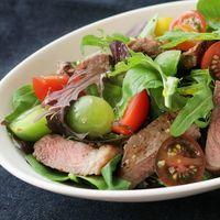 シンプル 牛肉のステーキサラダ