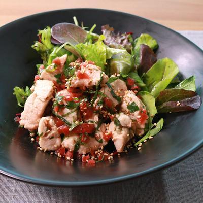 鶏むね肉の大葉たっぷりサラダ