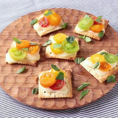 クラッカーで カラフルトマトの簡単ピザ風