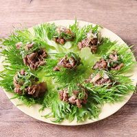 手で食べる 牛肉サラダ