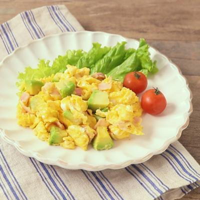 朝食に アボカドスクランブルエッグ