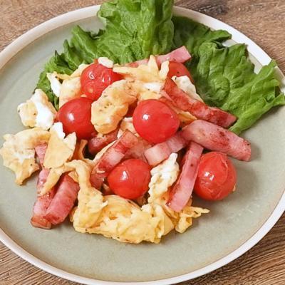ベーコンとミニトマトのふわふわたまご炒め