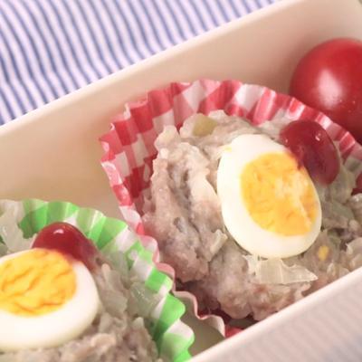 うずらの卵で小さいカップミートローフ