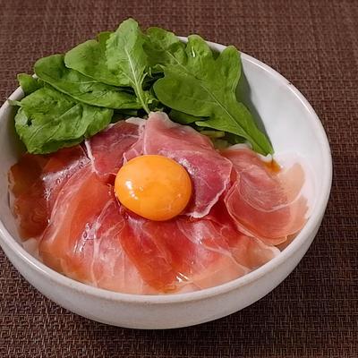 卵黄とろーり 生ハム丼