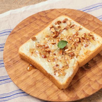 ブルチーズとハチミツのトースト