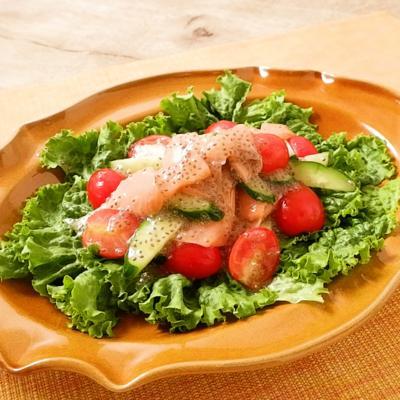 スモークサーモンとミニトマトのチアシードサラダ